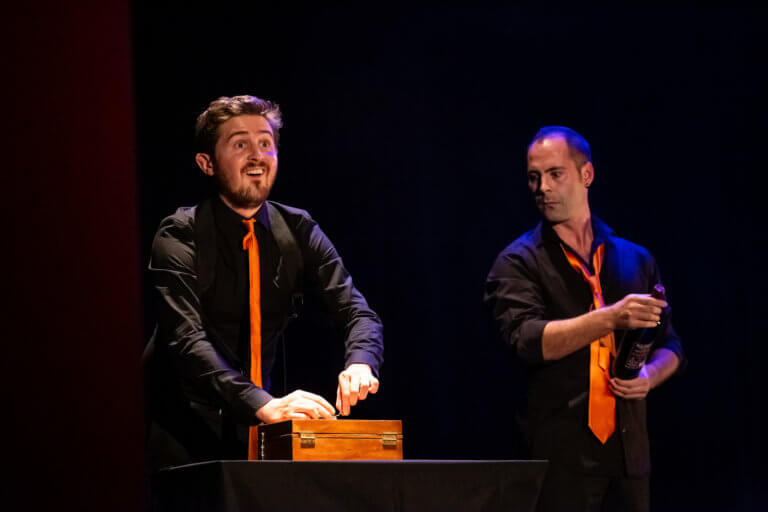 Les Sourds-Doués, pe scena Teatrului Excelsior
